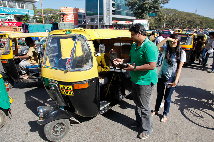 Two couchsurfing friends arranging an auto rickshaw in Bangalore, India